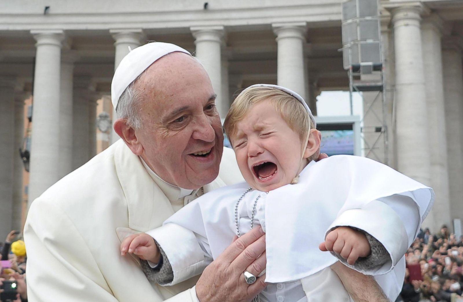 Papst / weinendes Kind