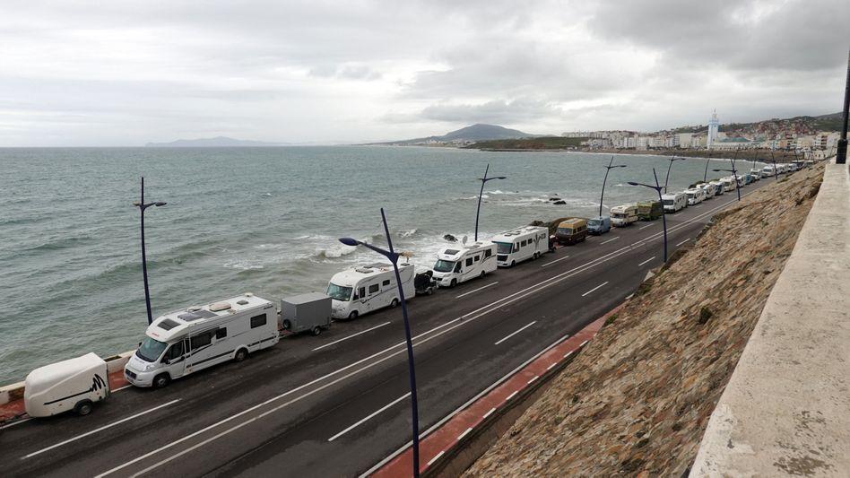 Wohnmobile in Marokko nahe der Grenze zur spanischen Exklave Ceuta: Hunderte sitzen fest