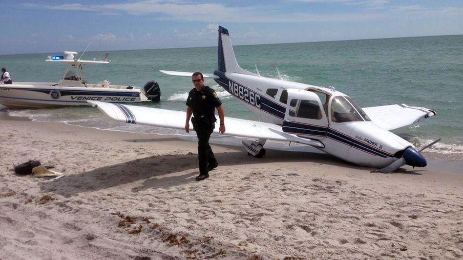 Polizisten am Caspersen Beach: Maschine schaffte es nicht mehr bis zum Flughafen