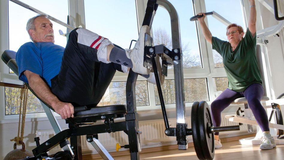 Senioren beim Krafttraining: Ein gesunder Lebensstil beugt einer Demenz vor