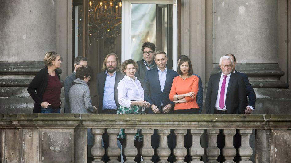 Grünen- und FDP-Politiker vor der Sondierung in Berlin (von Links nach rechts): Peter, Haßelmann, (Grüne) Solms (FDP), Hofreiter (Grüne), Beer (FDP), Kellner (Grüne), Lindner (FDP), Göring-Eckardt (Grüne), Kubicki (FDP).