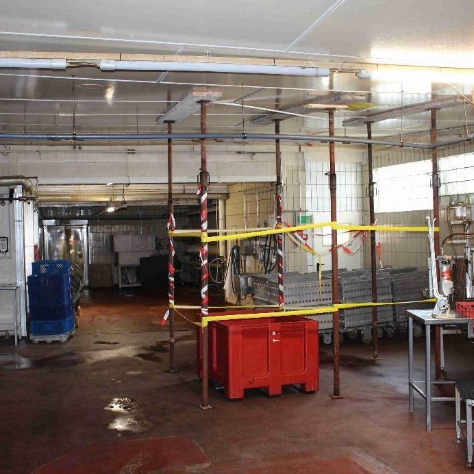 Ein Gerüst stützt die Decke in Wilkes Fleischfabrik