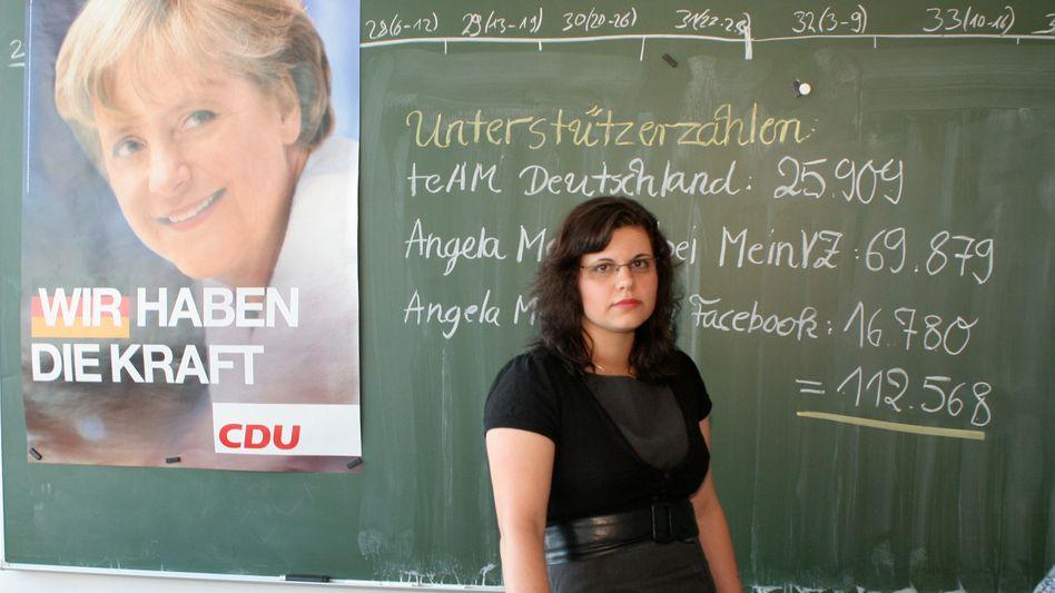 Patricia Romanowsky, 26, betreut Angela Merkels Profil bei MeinVZ. Früher war sie Merkels Online-Mädchen-für-alles, heute schreibt sie nur noch Nachrichten und gibt dabei sogar Lebenshilfe - natürlich CDU-Konform.