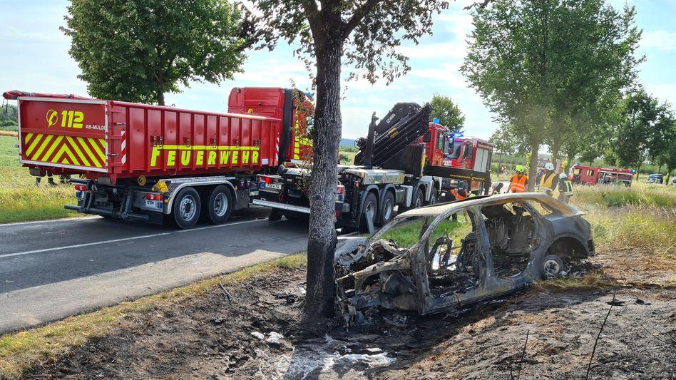 Ausgebranntes Autowrack: Feuerwehr spricht von Problemen beim Löschen von E-Autos