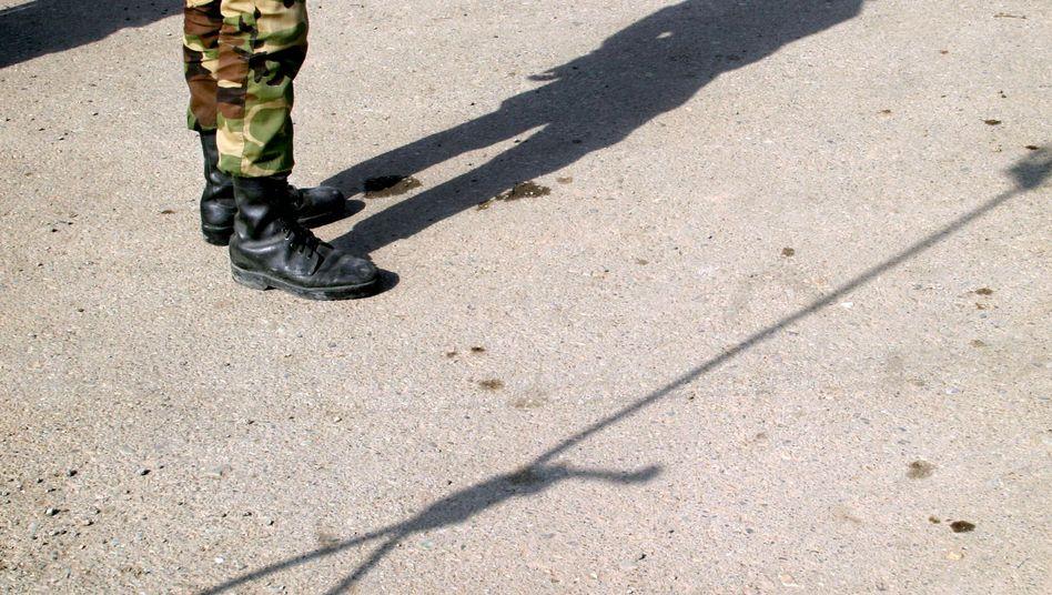 Iranischer Polizeioffizier vor einer Hinrichtung: Auf Homosexualität steht die Todesstrafe