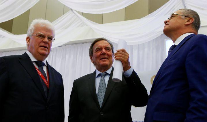 Schröder mit Gazprom-Manager Medwedew (r.) beim Petersburger Wirtschaftsforum