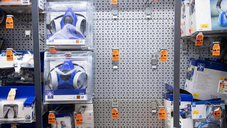 Fast ausverkauft: Atemschutzmasken in einem Baumarkt