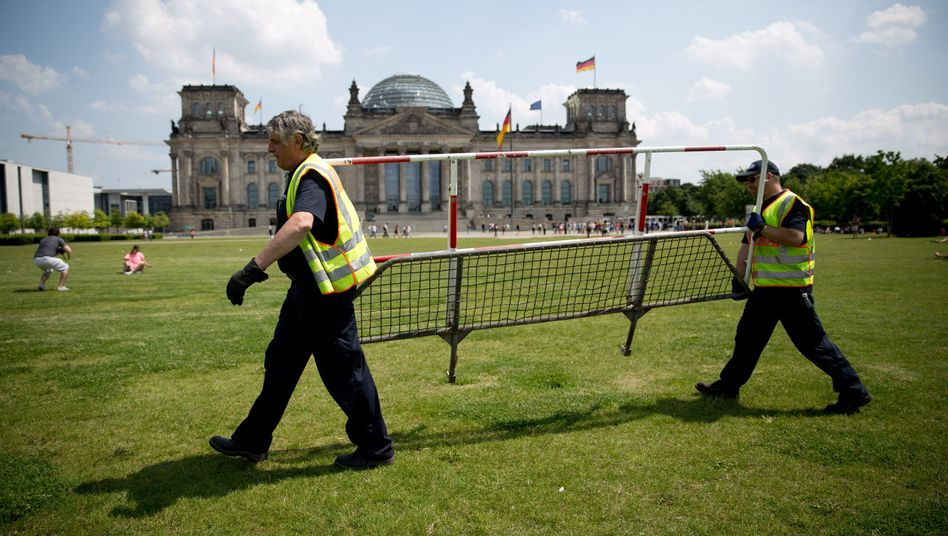 Police officers put up fences near the Reichstag in Berlin ahead of US President Barack Obama's visit on June 18 and 19.