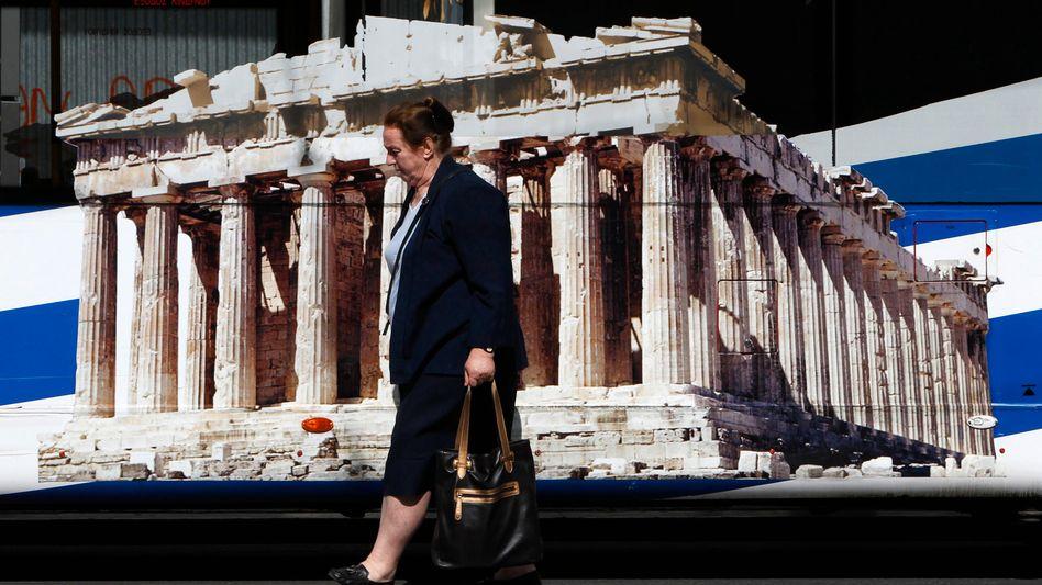 Passantin in Athener Innenstadt