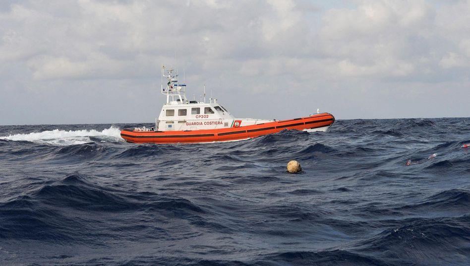 Schiff der italienischen Küstenwache: Bis zu 700 Tote befürchtet