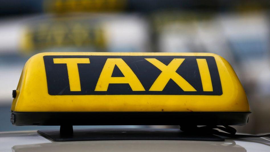 Das Taxigewerbe fürchtet Verluste durch eine Reform des Personenbeförderungsrechts, Fahrdienste wie Uber könnten profitieren - kritisieren die Regelung aber ebenfalls