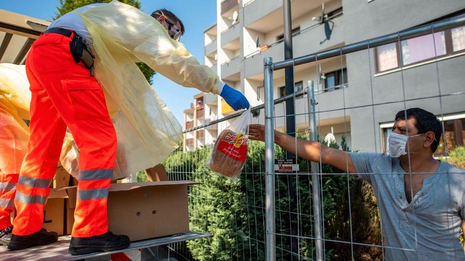 Helfer an einem unter Quarantäne stehenden Wohnblock in Verl: Zahlreiche infizierte Tönnies-Mitarbeiter in der Stadt