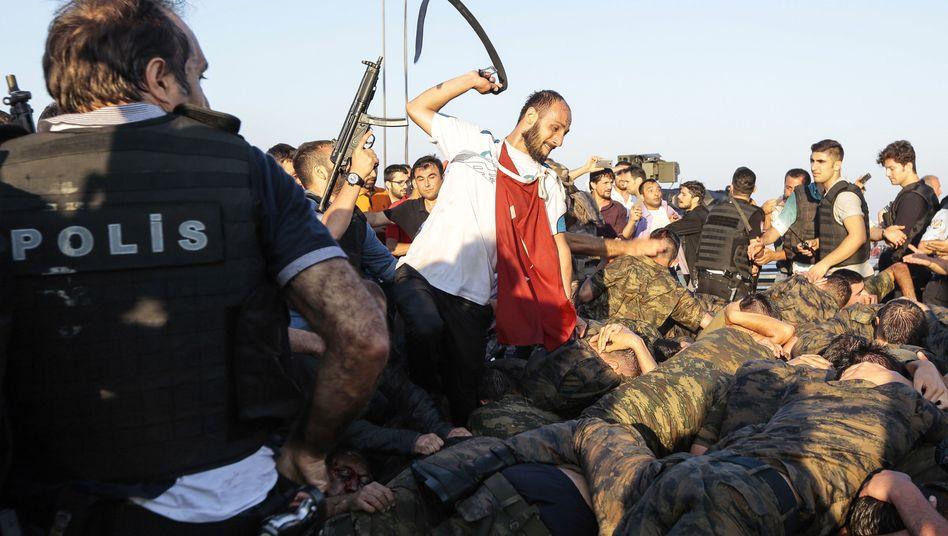 Ein unbekannter Erdogan-Anhänger prügelt nach dem Putschversuch Soldaten