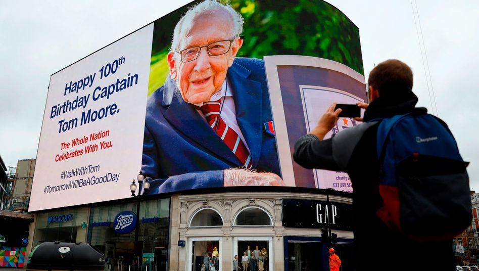Geburtstagsgrüße zum Hundertsten für »Captain Tom« am Piccadilly Circus in London