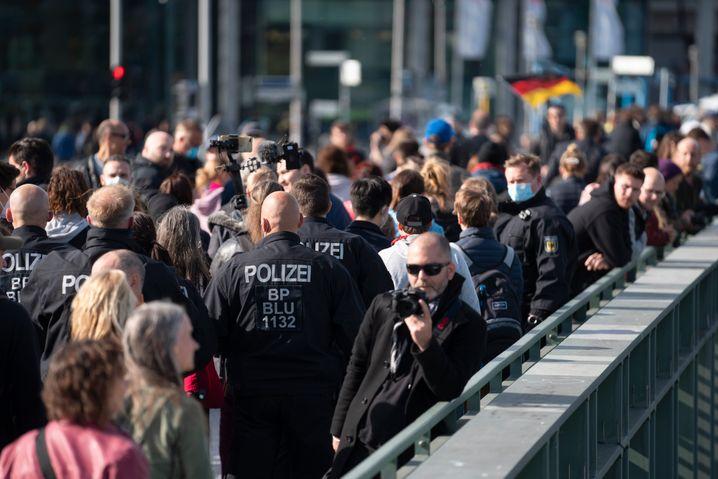 Die Polizei trieb die Demonstranten weg vom Reichstag und hin zum Hauptbahnhof