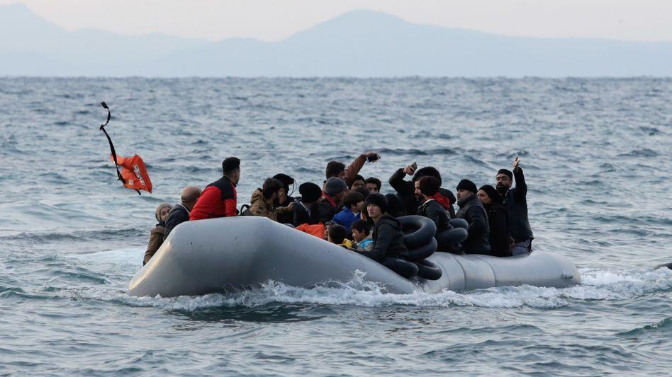 Migranten auf einem Schlauchboot in der Ägäis
