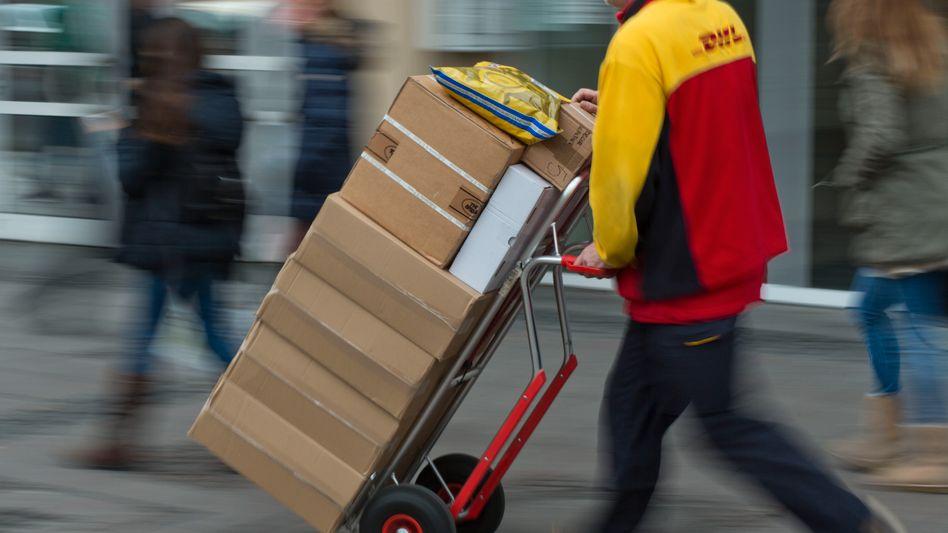 Paketbote von Amazon-Kooperationspartner DHL