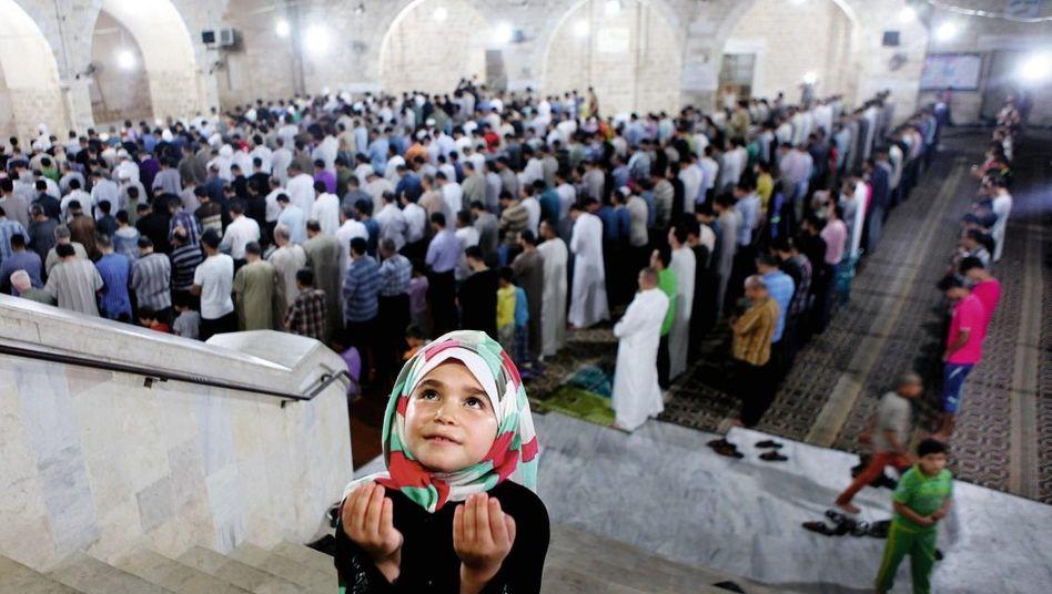 Palästinensisches Mädchen in der Großen Moschee in Gaza im Juni