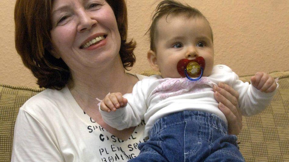 Annegret Raunigk mit einem ihrer Kinder (2005): Kapitalistin des eigenen Körpers
