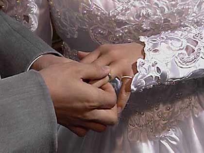 Brautpaar beim Ringtausch: Jede große Katastrophe fängt mit einem Haarriss an