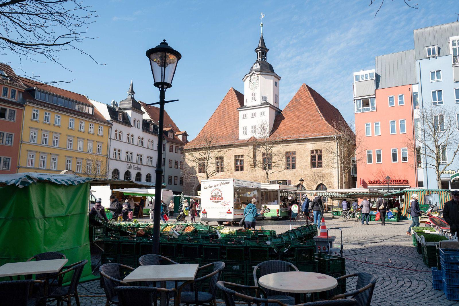Der gut besuchte Wochenmarkt auf dem Markplatz in Jena am 2.4.2020. Innenstadt Jena *** The well-attended weekly market