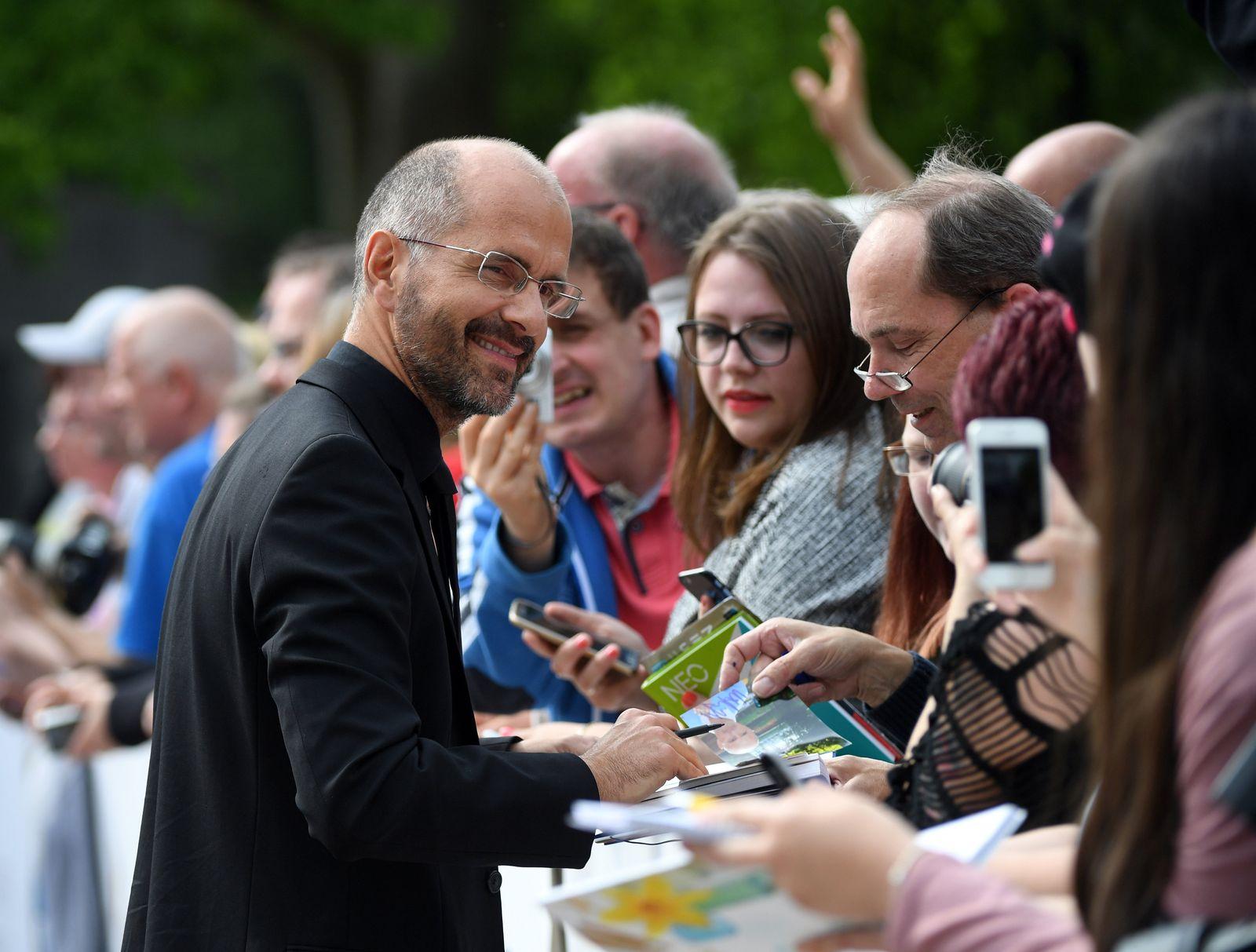 Deutscher Filmpreis - Christoph Maria Herbst signiert Autogramme