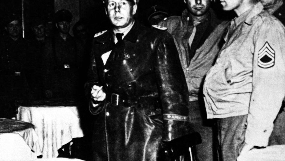 SS Colonel Walter Rauff (l.) during his arrest in Italy in 1945.