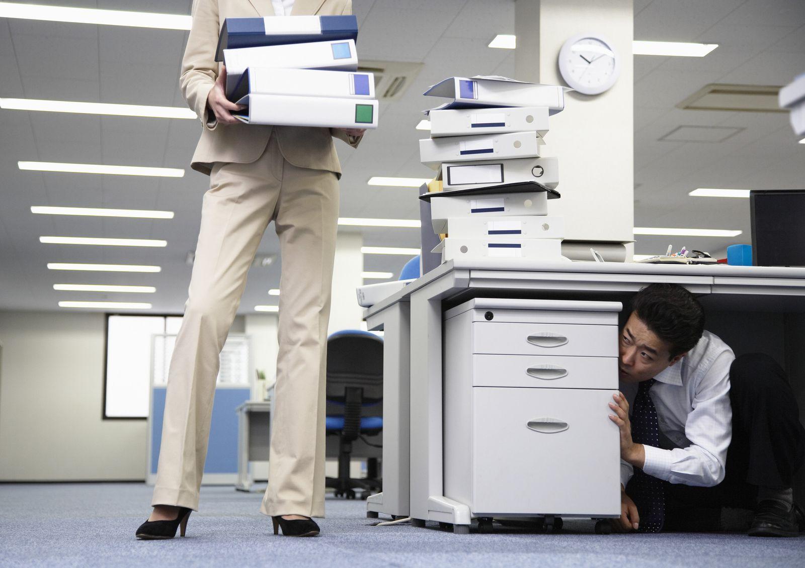 NICHT MEHR VERWENDEN! - EINMALIGE VERWENDUNG KaSP Burnout Büro Überforderung Verstecken SYMBOLBILD