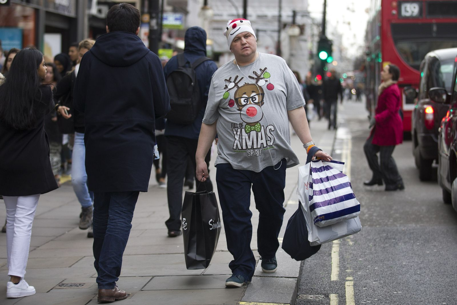 BRITAIN-BUSINESS-RETAIL-CHRISTMAS