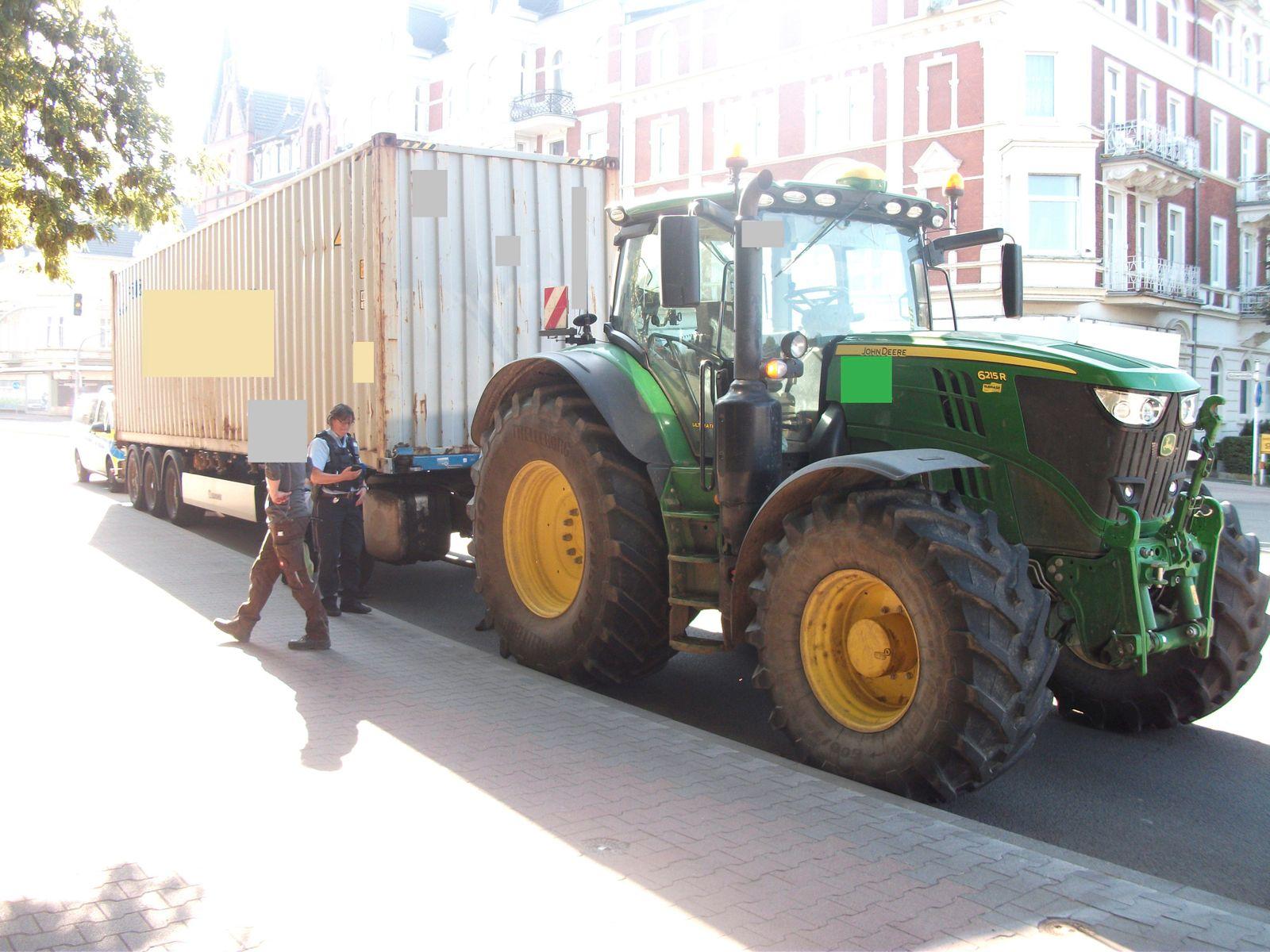 Seecontainer auf Sattelauflieger gezogen - Polizei stoppt Traktor
