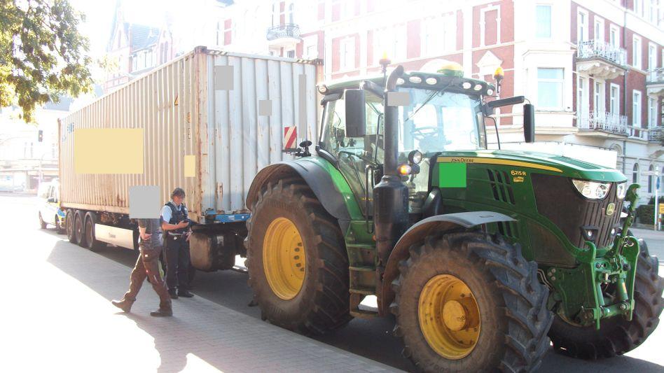 Vorne Traktor, hinten Lkw-Anhänger: Dieses Gespann stoppte die Polizei im nordrhein-westfälischen Minden