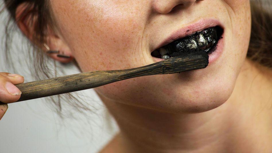 Aktivkohle gehört laut einer neuen Untersuchung nicht auf die Zahnbürste