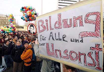 Heute treibt die Studenten bestenfalls die geplante Einführung von Studiengebühren wie in Leipzig auf die Straße. Von dieser Mobilisierung profitieren die Studentenparlamente aber kaum: Die Wahlbeteiligung ist an den meisten Universitäten seit Jahren gering.