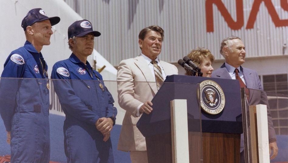 """Willkommen zurück: US-Präsident Ronald Reagan begrüßt Thomas Mattingly (l.) und Hank Hartsfield nach ihrem Flug an Bord der """"Columbia"""""""