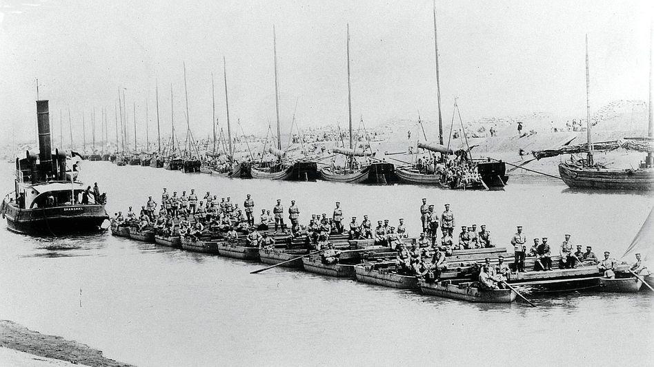 Pioniere (um 1910): Auf einem Fluss schippern deutsche Truppen zum Einsatz.