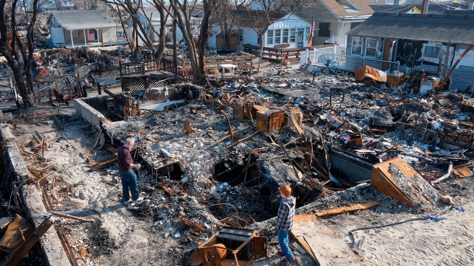 """Anwohner von Breezy Point in den Trümmern ihres Hauses: """"Sandy"""" kostet 42 Milliarden"""