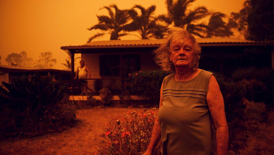 Nancy Allen und Brian Allen aus Nowra, New South Wales, vor ihrem Haus: