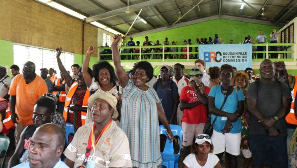 Mitglieder der Bougainville Womens Federation bejubeln das Ergebnis des Referendums in der Hauptstadt Buka
