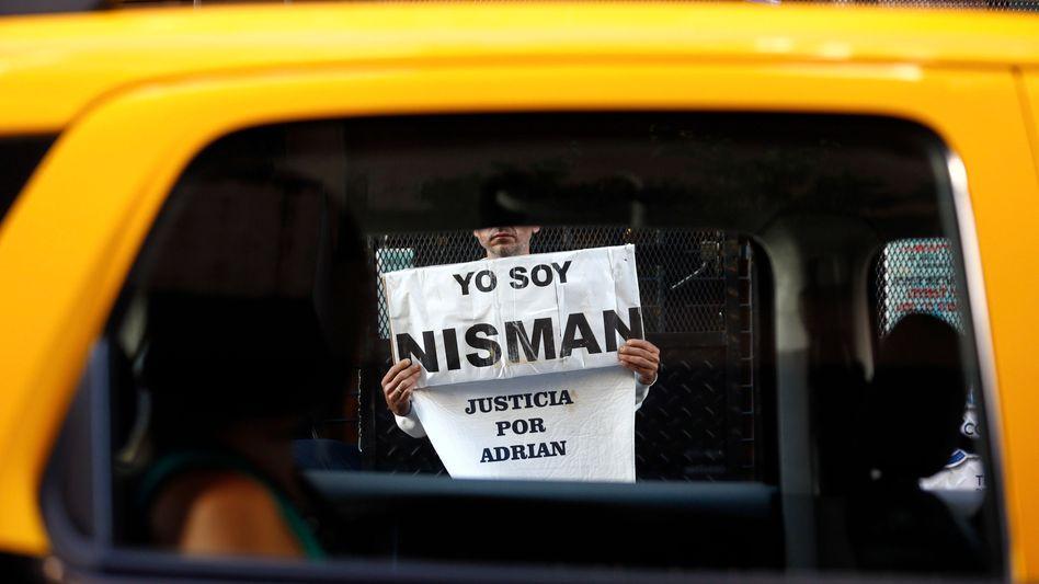 """Yo soy Nisman - übersetzt """"Ich bin Nisman"""": Der Vater des toten Staatsanwalts protestiert für seinen Sohn"""