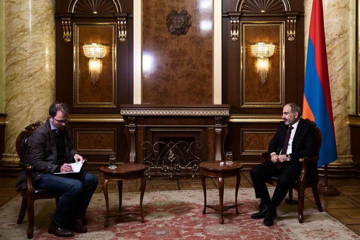 SPIEGEL-Korrespondent Christian Esch und Premier Paschinjan beim Interview in Jerewan
