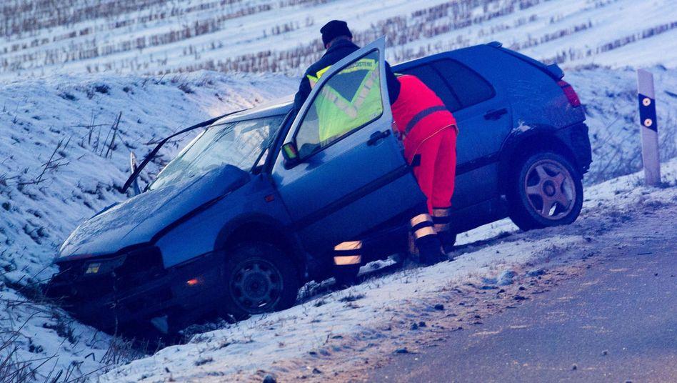 Rutschige Straße: Ein Fahrzeug nach einem Glatteisunfall bei Greifswald