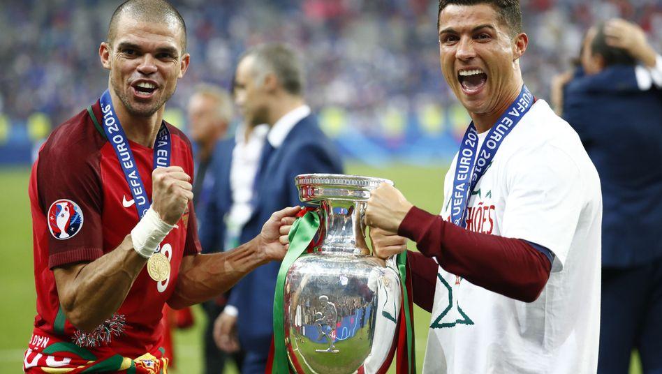 Pepe (l.) und Cristiano Ronaldo von Europameister Portugal