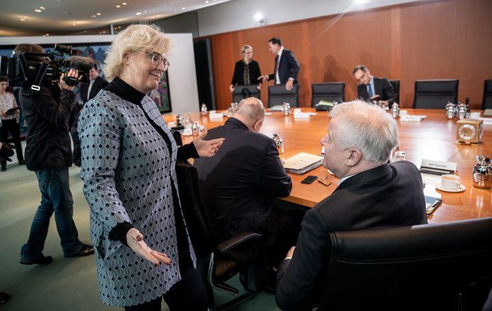Christine Lambrecht (SPD), Bundesjustizministerin, im Gespräch mit ihrem Kollegen Horst Seehofer (CSU), Bundesinnenminister