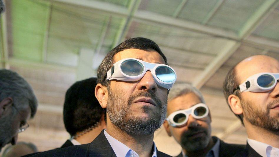 Irans Präsident Ahmadinedschad (bei einer Technologieausstellung): Nachbarn in Angst