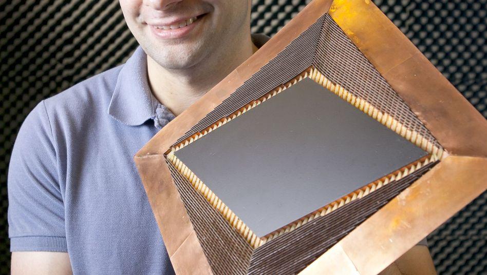 Funktioniert im Mikrowellenbereich: Die Tarnkappe, präsentiert von Entwickler Nathan Landy