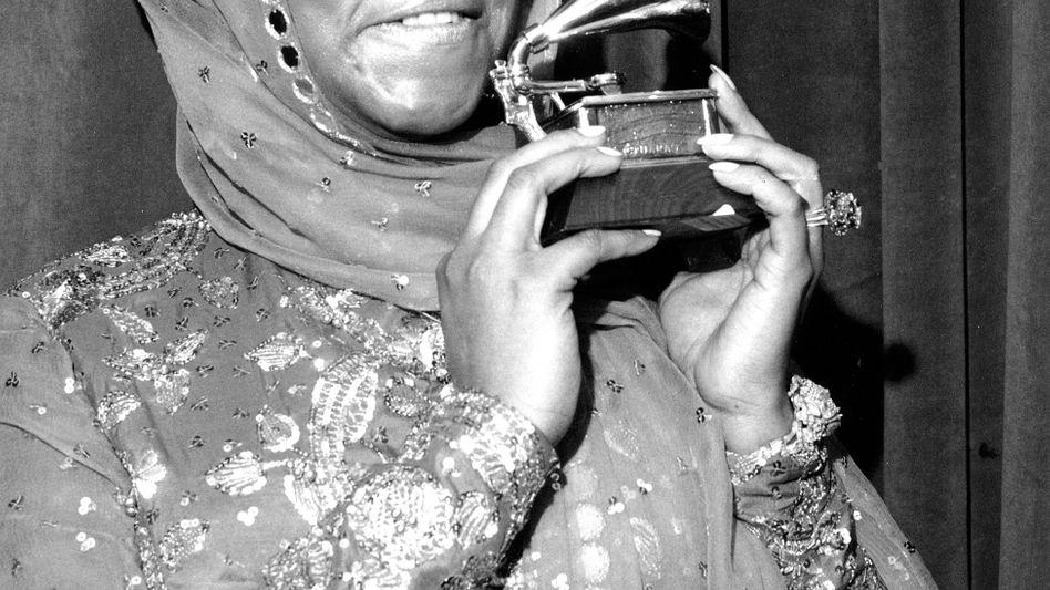 Aretha Franklin mit Grammy-Trophäe