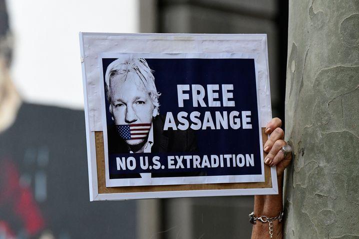 Protestplakat gegen Julian Assanges Auslieferung an die USA
