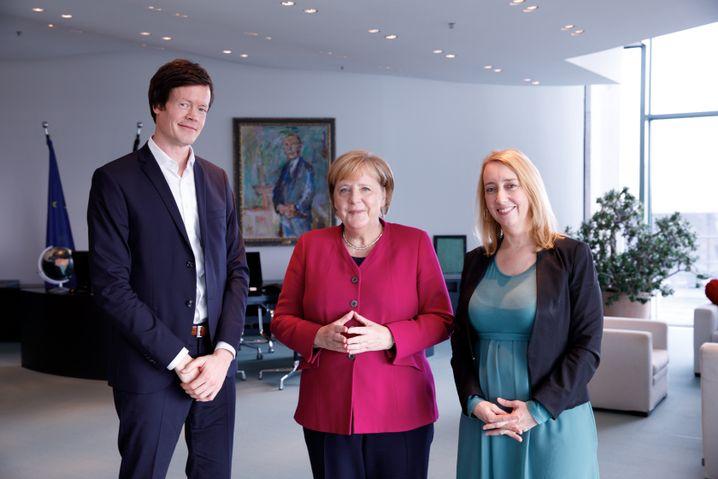 Merkel with the two DER SPIEGEL editors, Melanie Amann and Florian Gathmann.