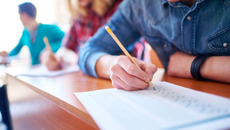 Student beim Ausfüllen von Prüfungsbögen (Archivbild)
