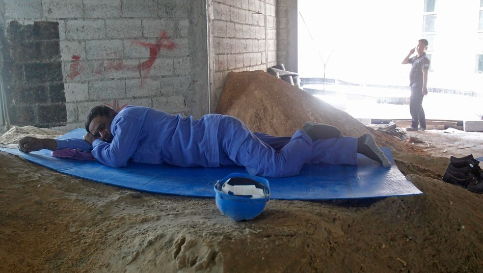 Arbeiter auf einer Baustelle in Doha: Plackerei bei 50 Grad